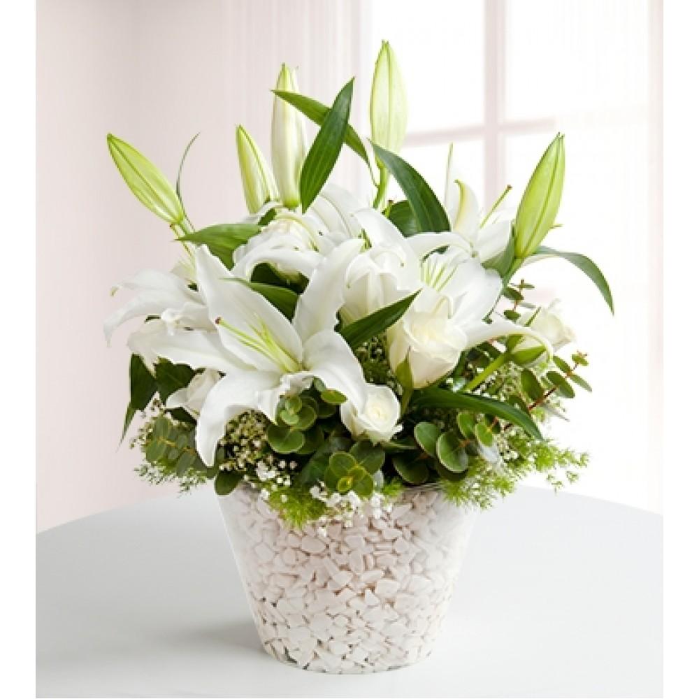 Konik vazoda beyaz lilyum ve beyaz güller