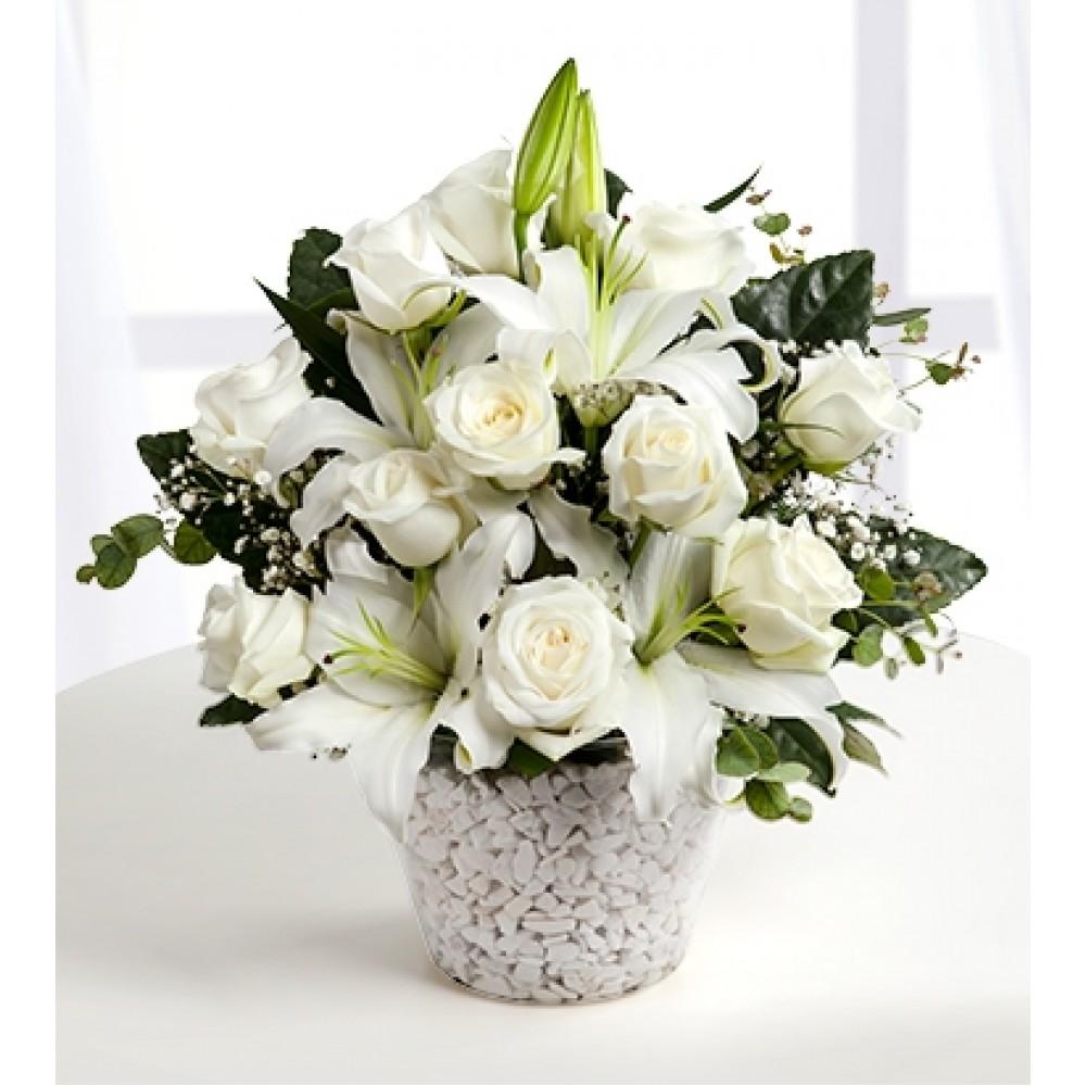Konik vazoda lilyum ve beyaz güller
