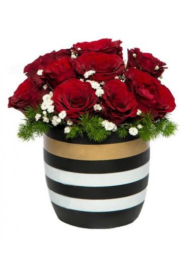 Gold çizgili vazoda 9 kırmızı gül