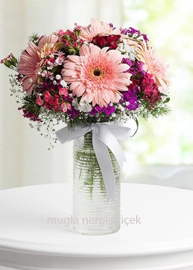 Vazoda Pembe gerbera ve mevsim çiçekleri