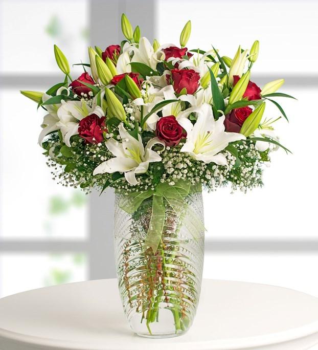 Kırmızı güller ve beyaz lilyumların aranjmanı