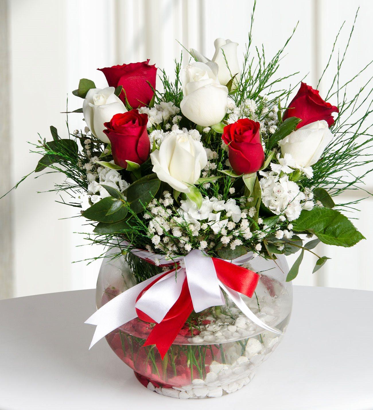 Akvaryum camda kırmızı ve beyaz güller