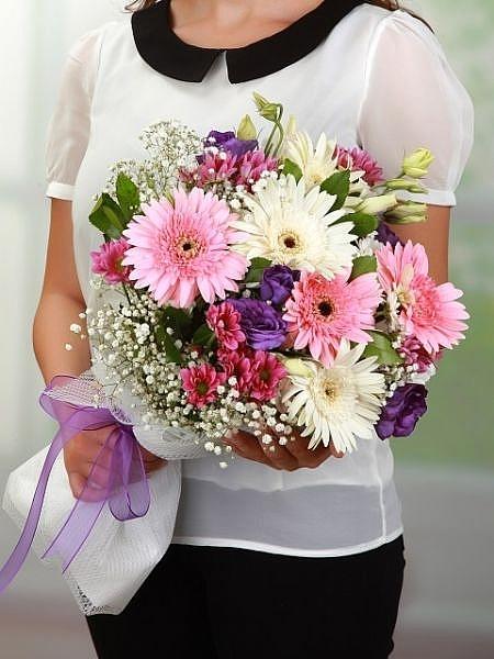 Gerbera ve mevsim çiçekleri buketi