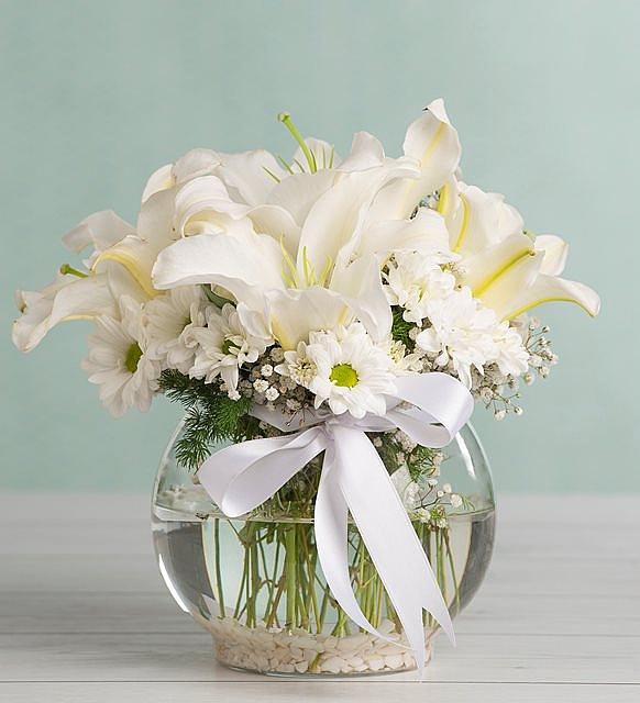 Akvaryum vazoda beyaz lilyum ve papatyalar