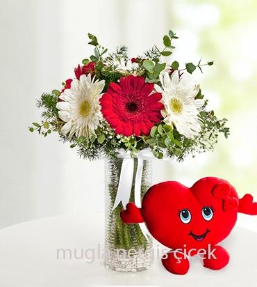 Vazoda kırmızı ve beyaz gerberalar, kalp yastık