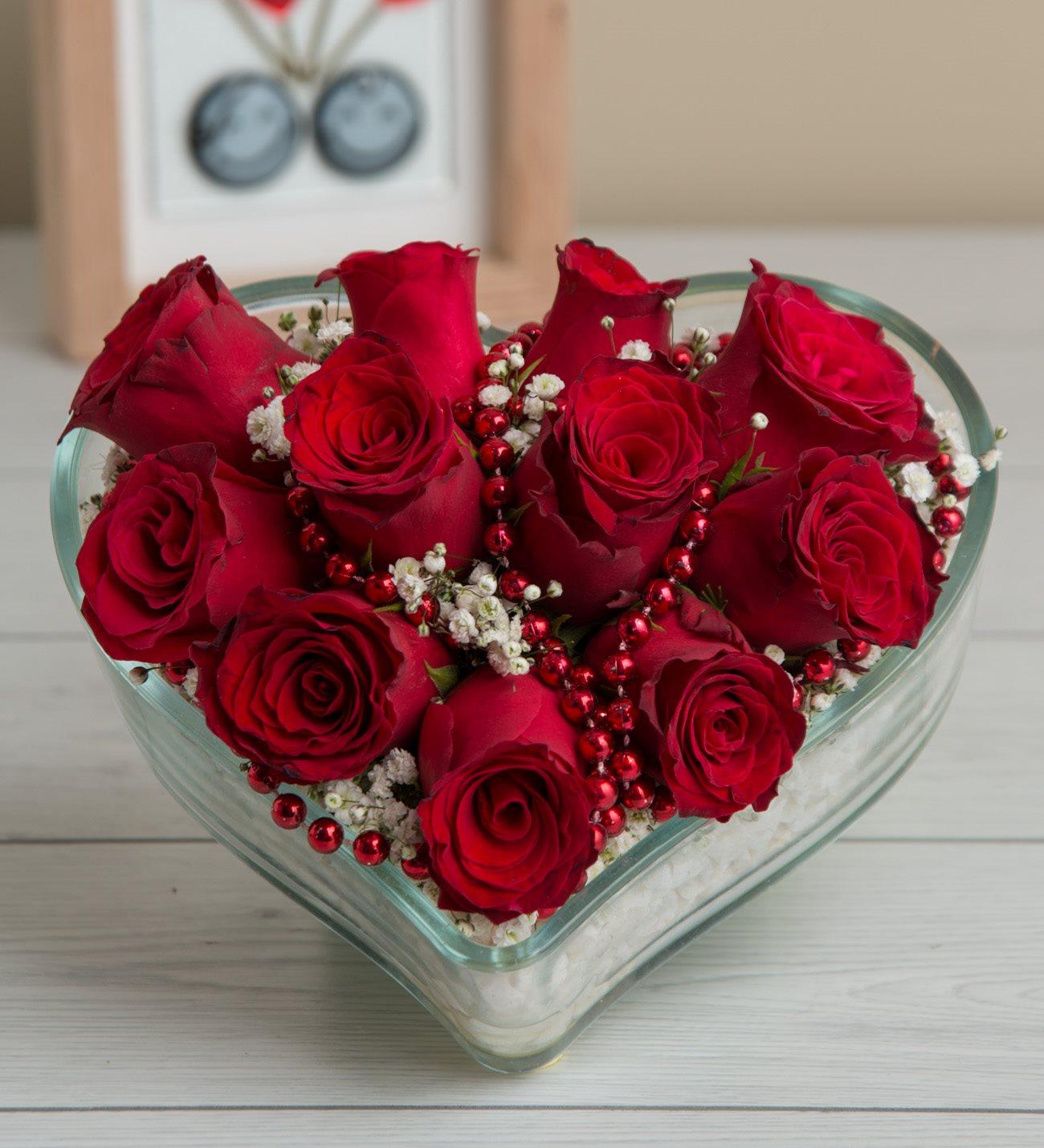Kalp içerisinde 11 kırmızı gül