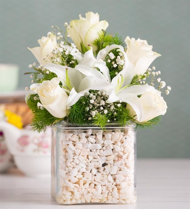 Kare camda lilyum ve güllerin aranjmanı